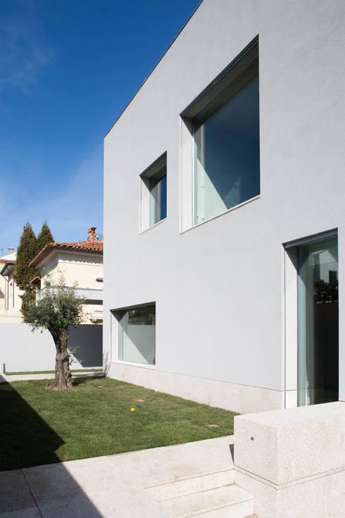 Casa F+M: Casas modernas por joão rapagão