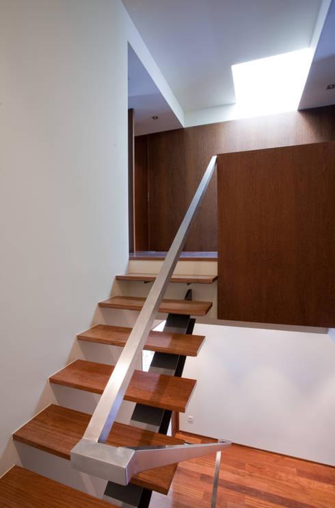 Casa F+M: Corredores e halls de entrada  por joão rapagão