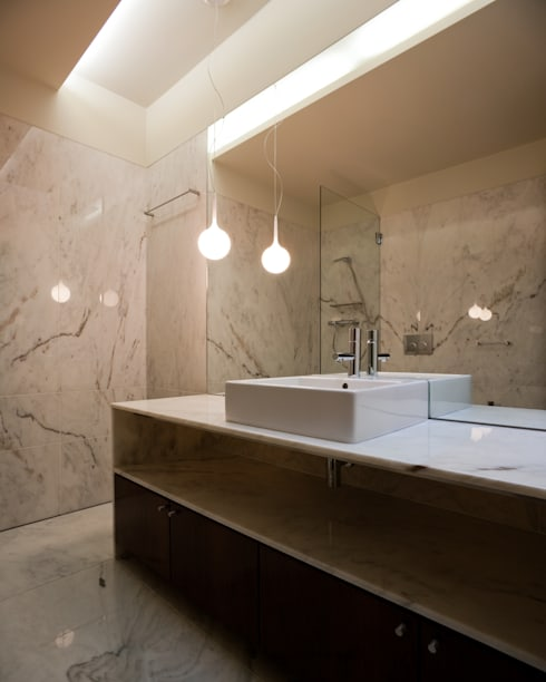 Casa F+M: Casas de banho modernas por joão rapagão