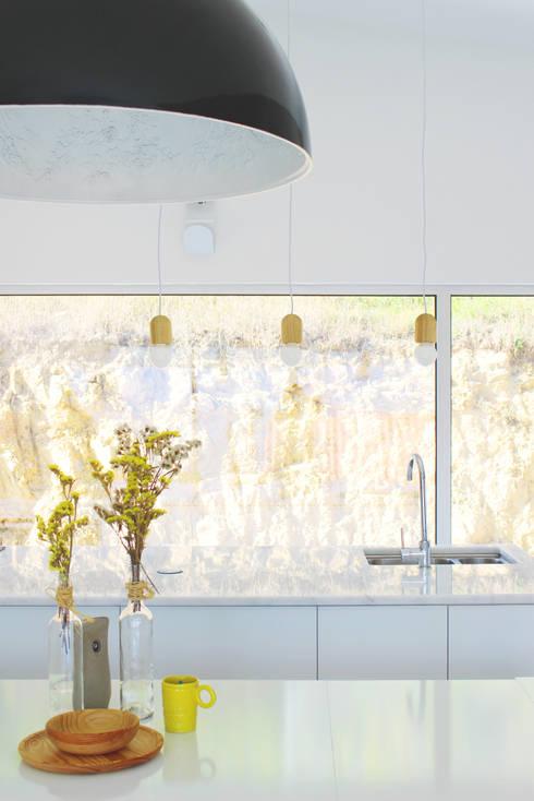 Kitchen by Artspazios, arquitectos e designers
