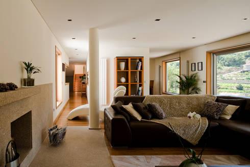 CASA S+L: Salas de estar modernas por joão rapagão