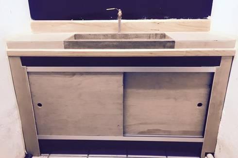 Mobiliario en madera y metal: Baños de estilo  por Mirlo Diseño Integral