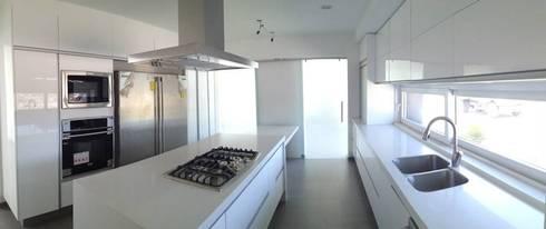 Cocina: Cocinas de estilo moderno por SANTIAGO PARDO ARQUITECTO