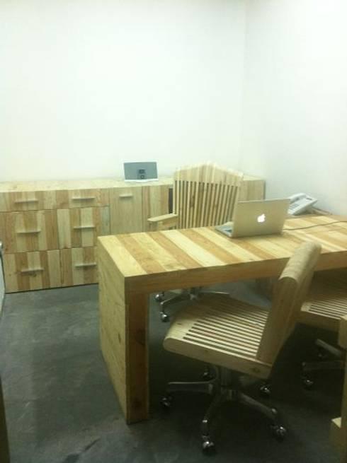 Oficina: Oficinas y tiendas de estilo  por d tarima