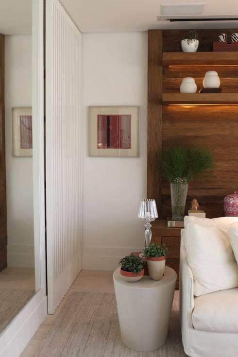 Detalhe living Apartamento São Paulo : Arte  por Vaiano e Rossetto Arquitetura e Interiores