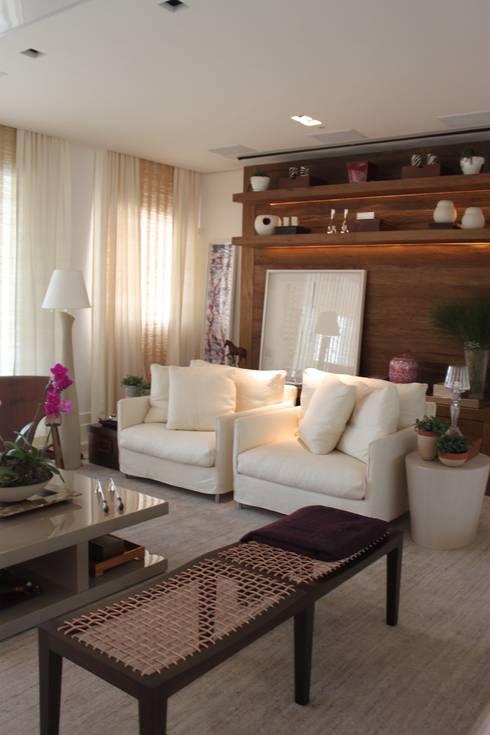 Poltronas - Apartamento São Paulo: Sala de estar  por Vaiano e Rossetto Arquitetura e Interiores