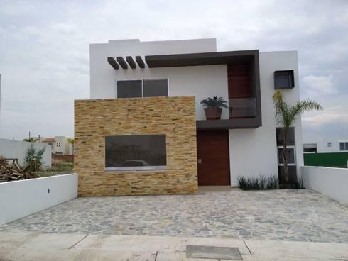 Fachada : Casas de estilo moderno por SANTIAGO PARDO ARQUITECTO