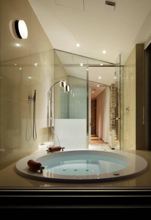 LDK夜景 | 軽井沢の別荘建築 | 弧線上のVILLA: Mアーキテクツ|高級邸宅 豪邸 注文住宅 別荘建築 LUXURY HOUSES | M-architectsが手掛けた浴室です。
