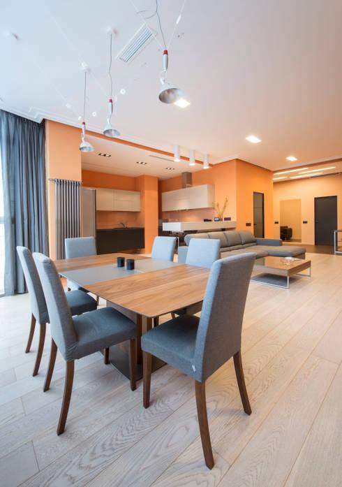 Sala da pranzo in stile in stile Minimalista di Sky Gallery