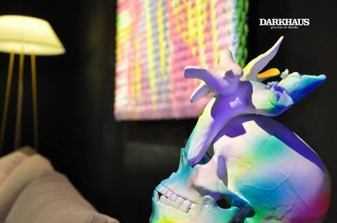 Recorriendo Darkhaus, galería de diseño: Arte de estilo  por DARKHAUS