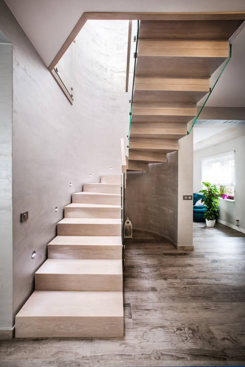 schody drewniane: styl , w kategorii Korytarz, hol i schody zaprojektowany przez BRODA schody-dywanowe