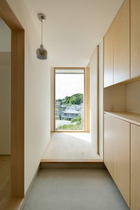 Corridor and hallway by 市原忍建築設計事務所 / Shinobu Ichihara Architects
