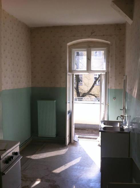 Küche Urzustand mit Austritt auf Balkon:   von Susanne Stauch