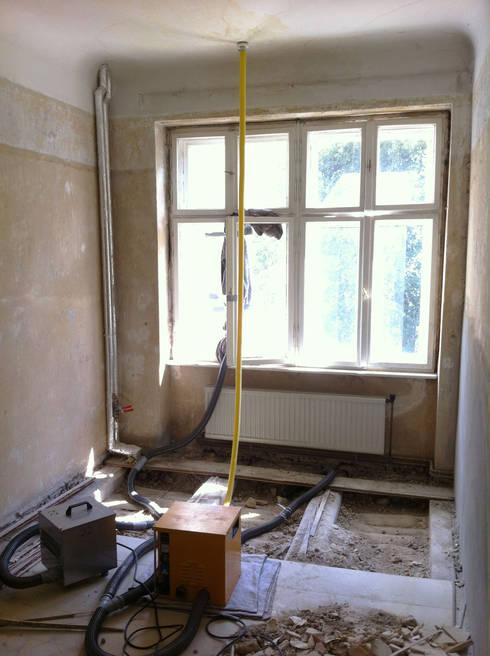 Schlafzimmer nach Wasserschaden:   von Susanne Stauch