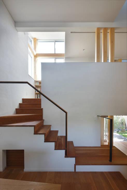 巣づくりの家 : 道家秀男建築設計事務所が手掛けた廊下 & 玄関です。