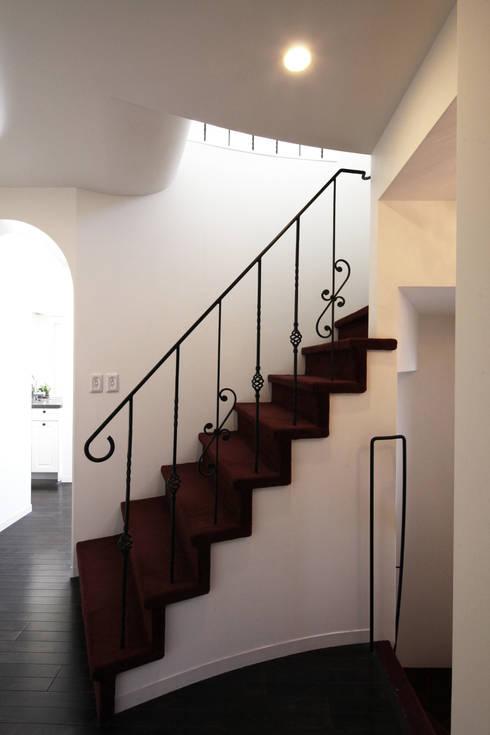 階段: atelier mが手掛けた廊下 & 玄関です。