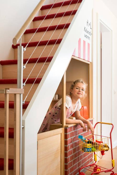 Vestíbulos, pasillos y escaleras de estilo  por uniQ