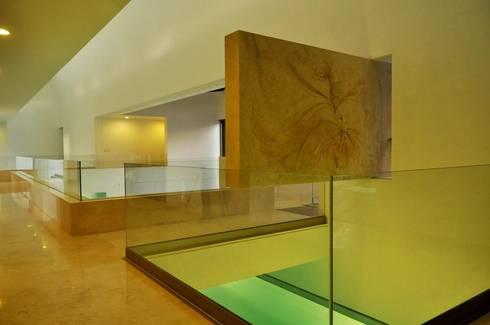 CASA PM: Pasillos y recibidores de estilo  por Vito Ascencio y Arquitectos