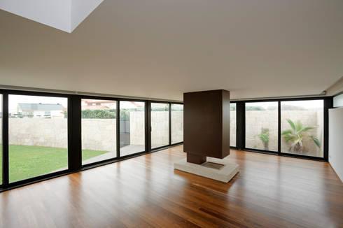 Casa das Dunas: Salas de estar modernas por arquitectura e design