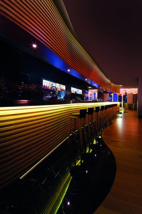 Gusto Bar:  Houses by Rethink Interiors Ltd