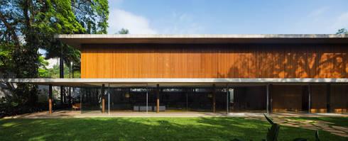 Toblerone House: Casas modernas por Studio MK27