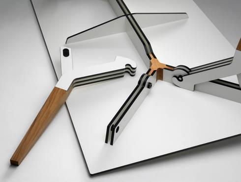 The Kataba table: moderne Eetkamer door PeLiDesign
