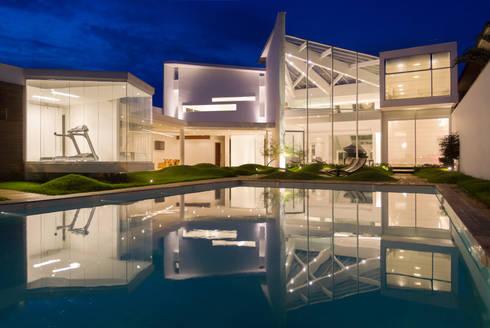 CASA MOVIMENTO: Paredes  por FCM Arquitetura
