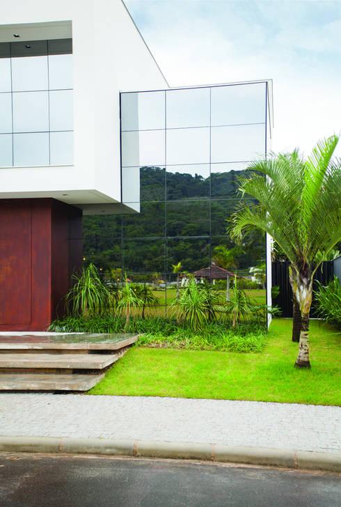 Residencia EF: Jardins minimalistas por Studio Zaav