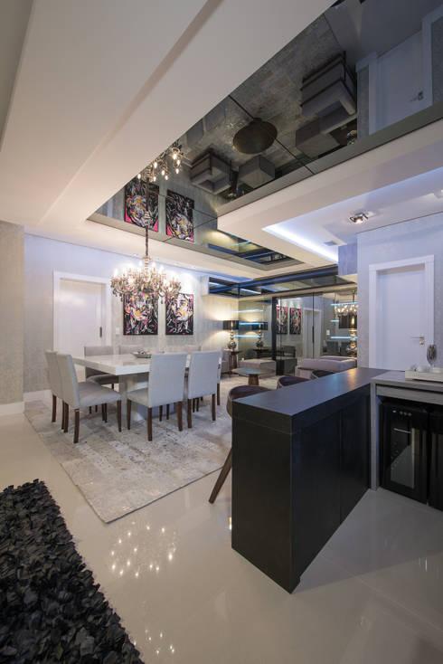 SHOW ROOM EM ITAPEMA, SANTA CATARINA: Salas de jantar modernas por Athos Peruzzolo Arquitetura