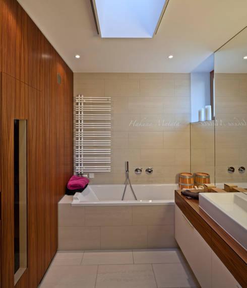 Haus am Hang in Altensteig:  Badezimmer von Kauffmann Theilig & Partner, Freie Architekten BDA
