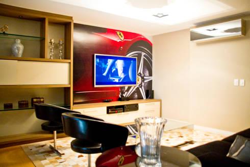 Home com painel adesivado: Salas multimídia modernas por VILLA ARQUITETURA- DO SEU JEITO COM NOSSO TOQUE