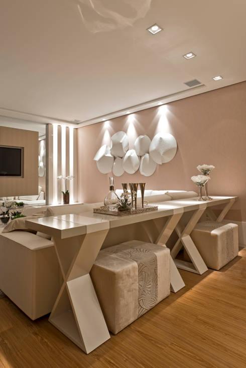 Casa Cor PR 2012: Salas de estar modernas por Rolim de Moura Arquitetura e Interiores