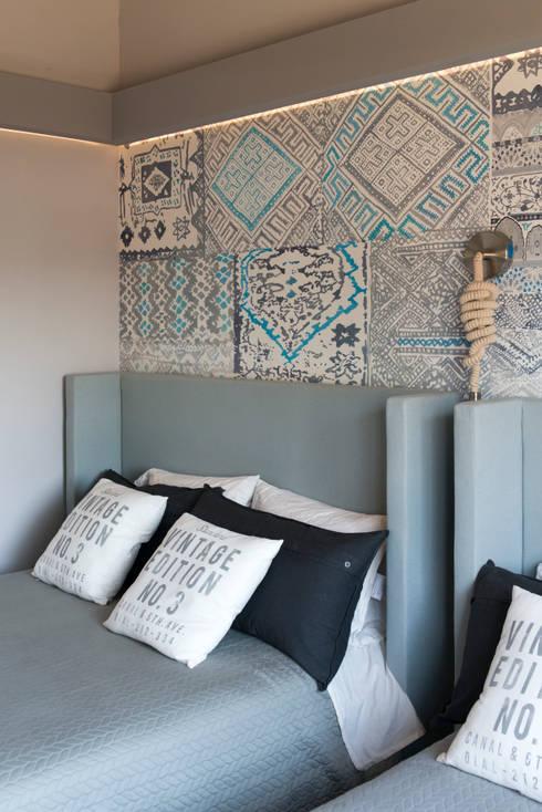 Casa Cuernavaca: Recámaras de estilo ecléctico por kababie arquitectos