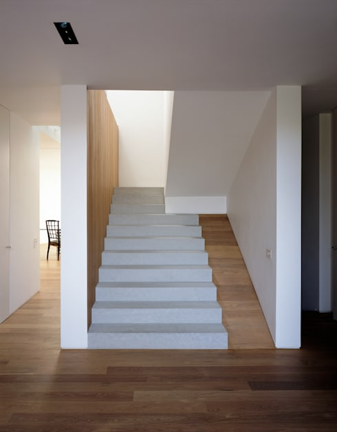 The Long House:  Corridor & hallway by Keith Williams Architects