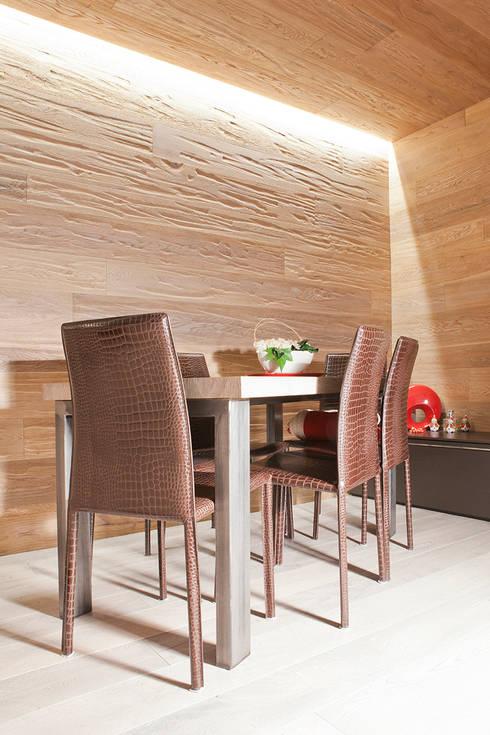 Boiserie in rovere: Sala da pranzo in stile  di Semplicemente Legno