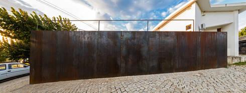 Agência Bancária - Favaios: Espaços comerciais  por Luis Barros Arquitectura