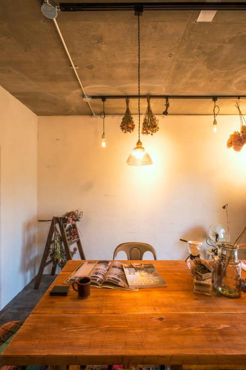 オリジナルのエイジングテーブルとアンティーク照明: 株式会社SHOEIが手掛けた多目的室です。