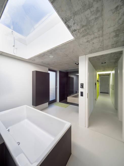 Einfamilienhaus im Filstal:  Badezimmer von Schiller Architektur BDA