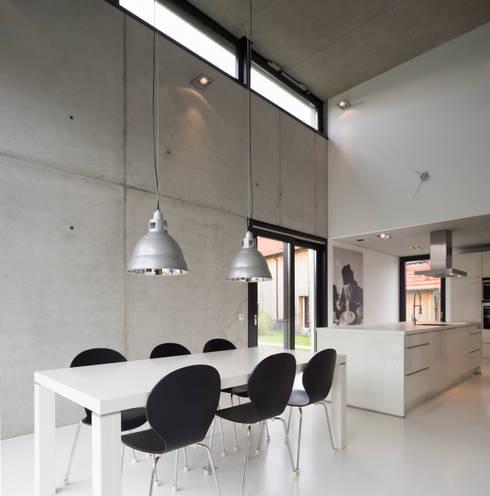Einfamilienhaus KN08 auf dem Schurwald: moderne Esszimmer von Schiller Architektur BDA