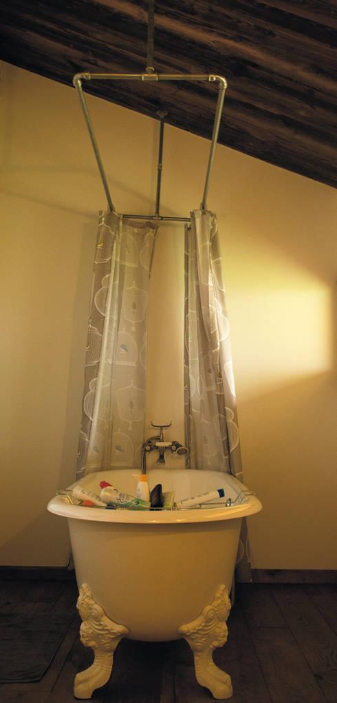 Transformation d 'un raccard: Salle de bain de style de stile Rural par Atelier d'architecture Lorianne Maret