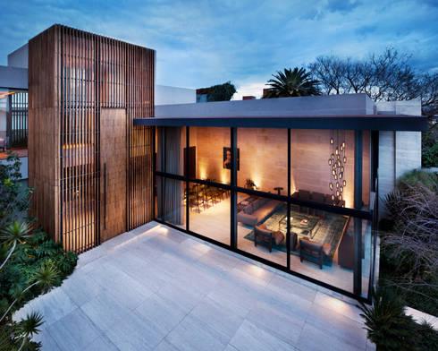 Fachada: Casas de estilo moderno por C Cúbica Arquitectos