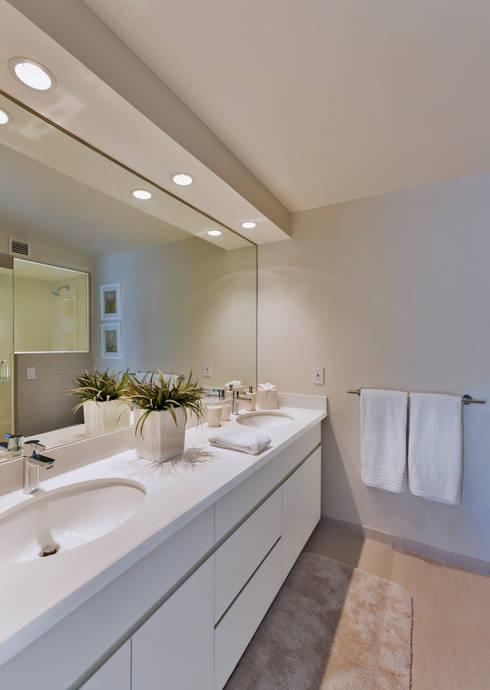 Baños de estilo moderno por Weber Arquitectos