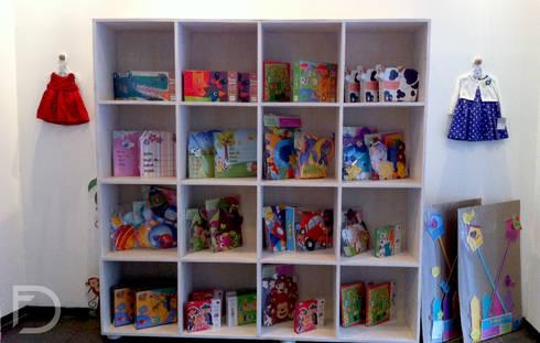 Exhibidor juguetes: Oficinas y tiendas de estilo  por ESTUDIO FD