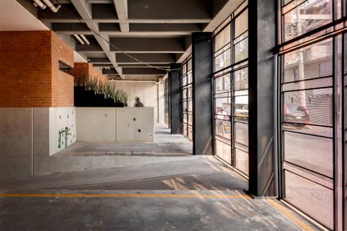 Residencial Z53: Garajes de estilo rural por Grupo Nodus Arquitectos