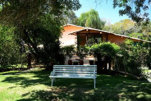 Casa de Campo do Bosque: Casas rústicas por Arquitetamos Escritório Autônomo