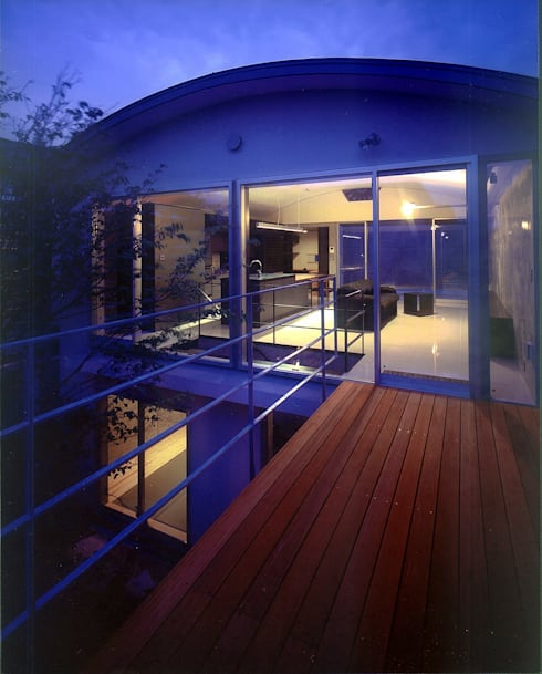 中庭夕景: 松田靖弘建築設計室が手掛けたベランダです。