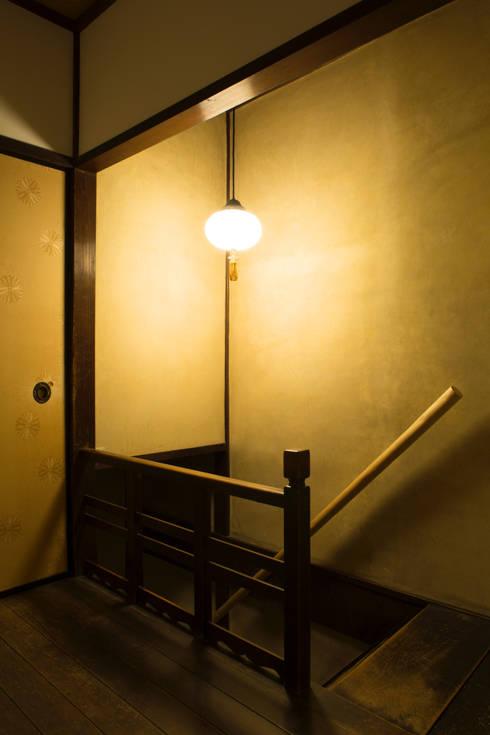 現代に息づく京都の町家: 一級建築士事務所 (有)BOFアーキテクツが手掛けた廊下 & 玄関です。