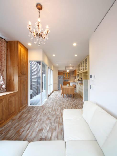 Shabby House-古着のような家-: atelier mが手掛けたリビングです。