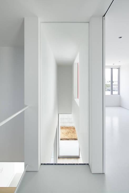 ループ&ループ: Smart Running一級建築士事務所が手掛けた廊下 & 玄関です。
