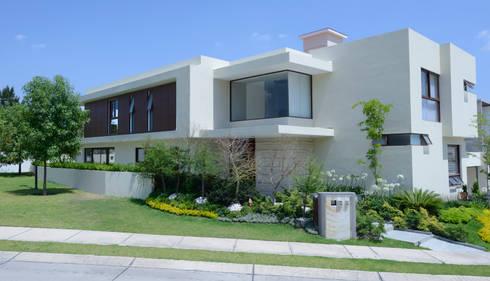 Fachada Casa GL: Casas de estilo moderno por VICTORIA PLASENCIA INTERIORISMO